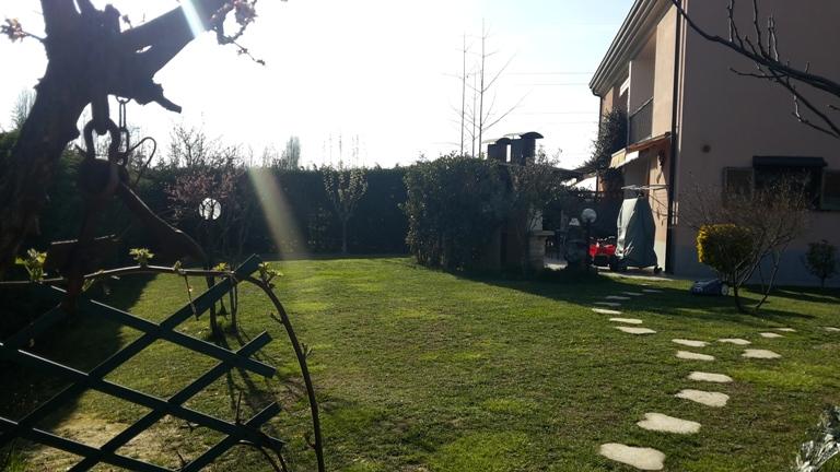 PORZIONE DI BIFAMILIARE CON GIARDINO DI MQ 400 CA.